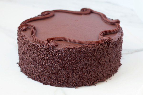 Draeger's Vanilla Cake with Chocolate Fudge Frosting and Filling - Single Layer